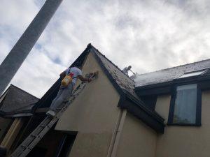 pendant les travaux de nettoyage de la toiture